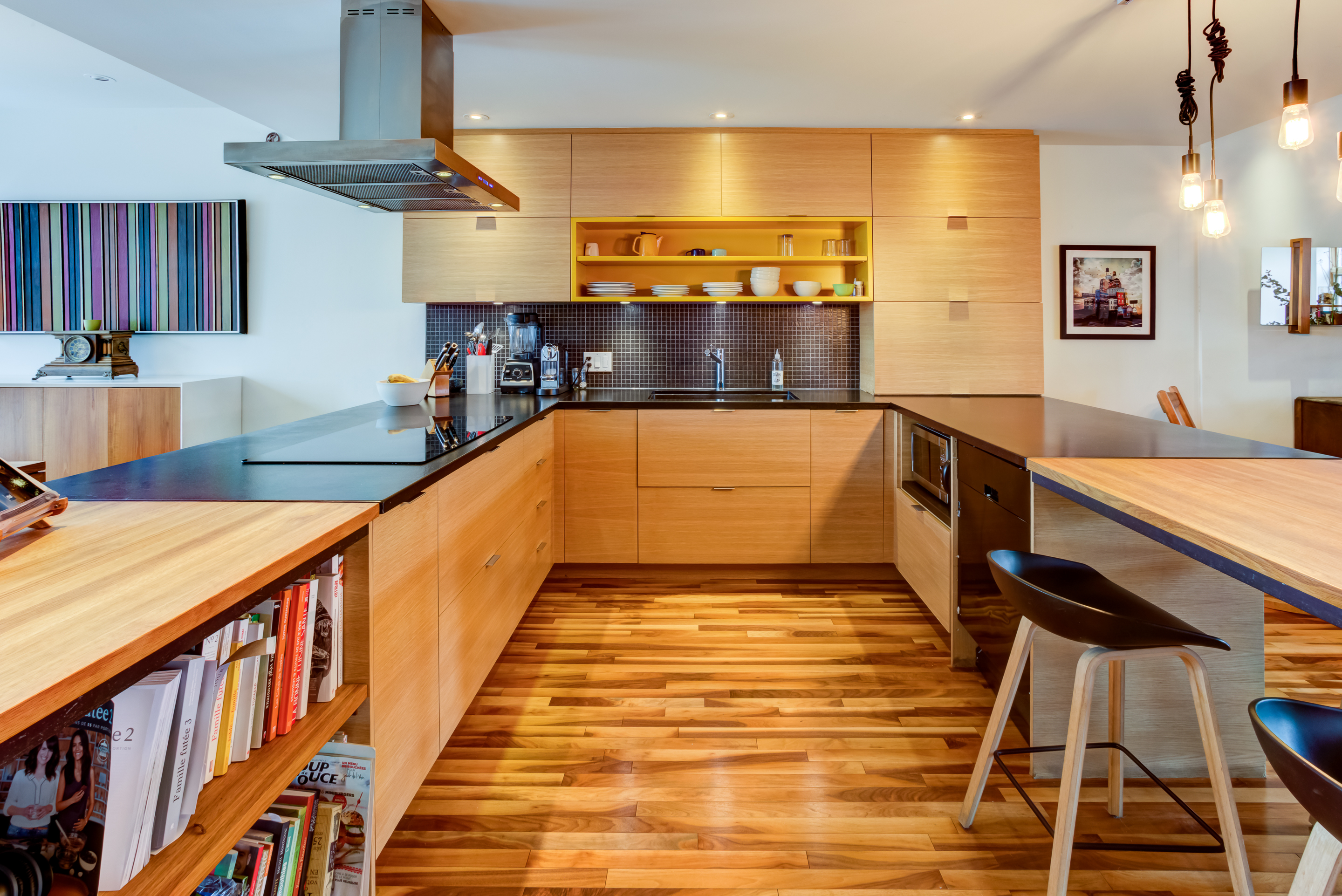 Full design of a U-shaped kitchen, wooden cabinet and breakfast area included at the counter