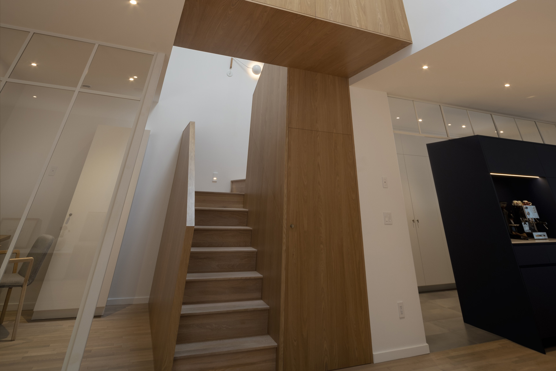 Construction and renovation of a bright wooden staircase